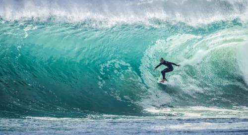 Vague et surfeur